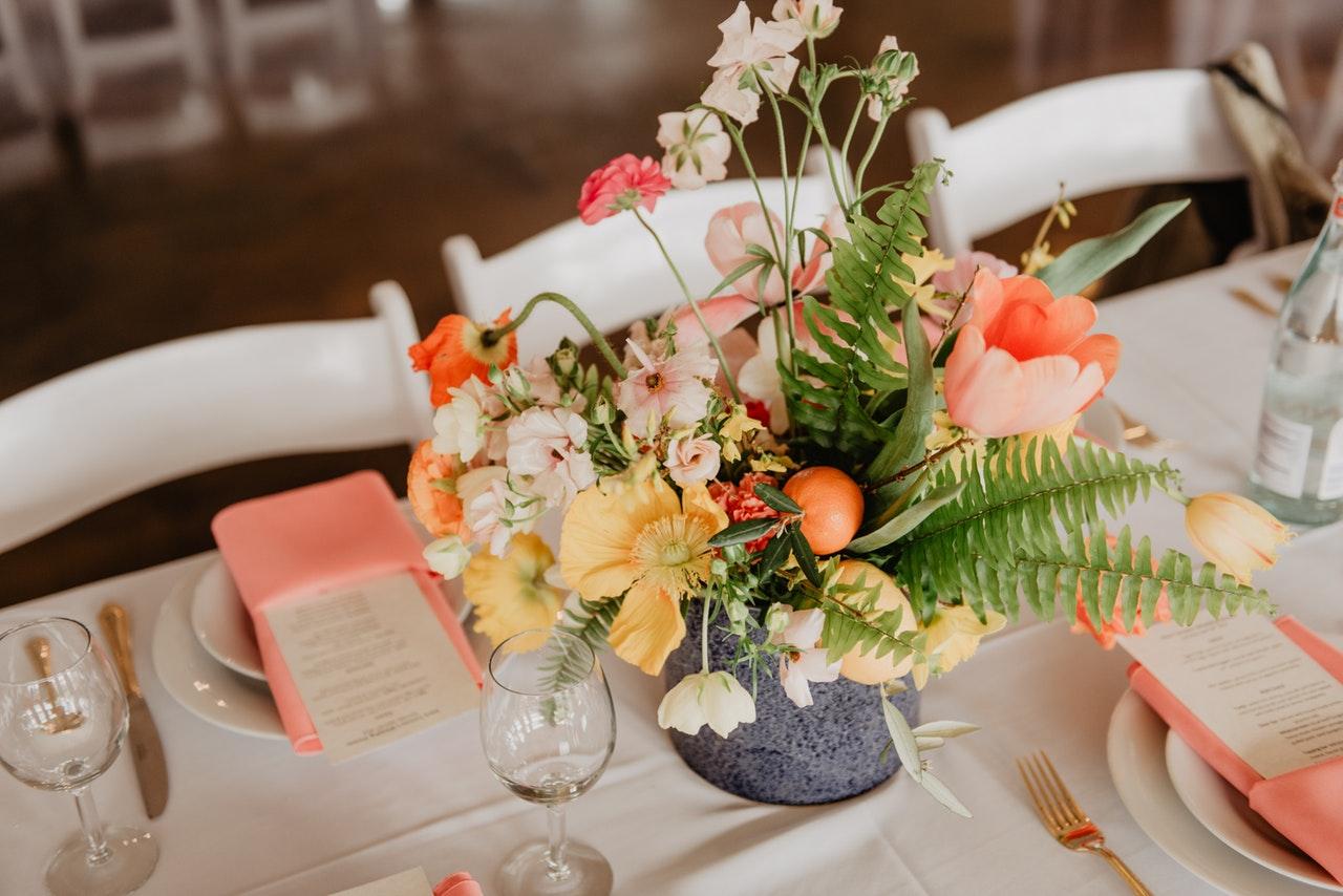 Flores en una mesa decorada de una boda