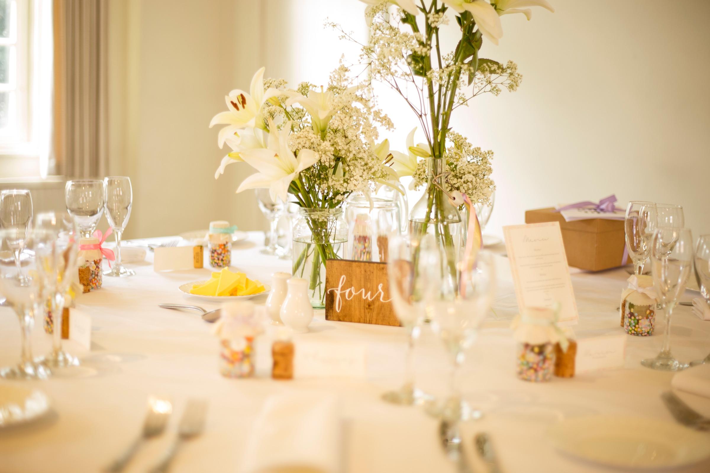Flores decorando una mesa de boda